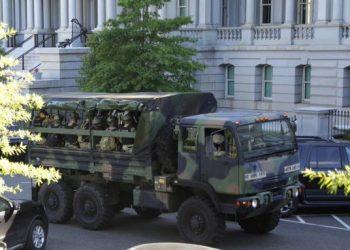 Trump moviliza al Ejército y amenaza con su despliegue frente a los disturbios: «Son actos de terrorismo doméstico»