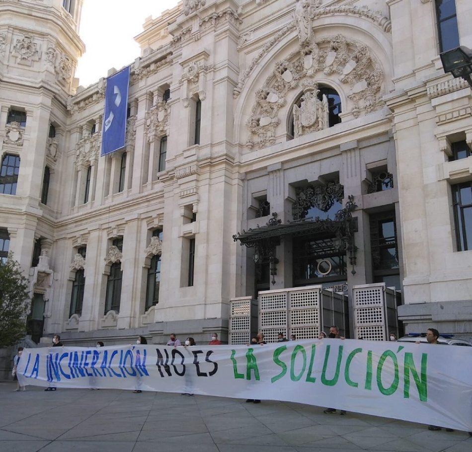 Colectivos vecinales y ecologistas piden la clausura de la incineradora de Valdemingómez ante el Ayuntamiento de Madrid