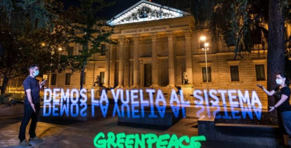 """Greenpeace """"despliega"""" frente al Congreso una pancarta de luz para pedir la transformación del sistema en clave verde"""
