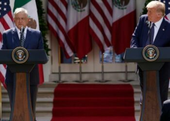 Trump bromea sobre muro fronterizo en la cena con López Obrador