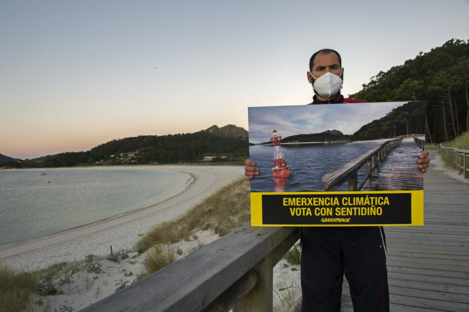 Greenpeace hace desaparecer la playa de Rodas, en las Cíes, para pedir a la ciudadanía gallega que mañana vote pensando en el planeta