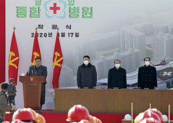 Corea del Norte declara estado de emergencia tras reportar ciudad de Kaesong posible caso de COVID-19