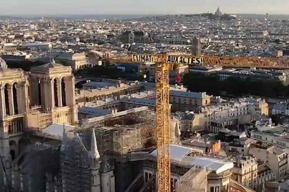 Acusan a Macron de inacción climática con peculiar protesta en París