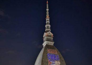 Iluminan edificio más emblemático de Turín en homenaje a Cuba y su personal de salud