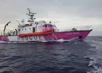 El navío de rescate Louise Michel traslada a todos sus pasajeros al Sea Watch 4 alemán