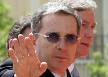 El Frente Antiimperialista Internacionalista demanda la retirada del Premio Cortes de Cádiz al expresidente Álvaro Uribe