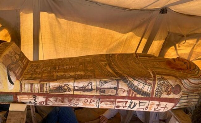 Descubren 27 sarcófagos de hace más de 2.500 años tras el hallazgo de un nuevo pozo funerario en Egipto