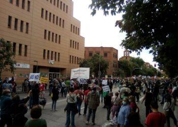 Miles de personas se manifiestan en los barrios y municipios afectados por el confinamiento selectivo