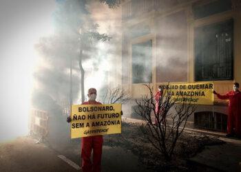 """Greenpeace simula un """"incendio"""" ante la Embajada de Brasil para pedir mayor protección a la Amazonía"""
