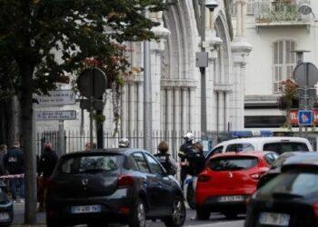 Múltiples ataques en Francia y sedes francesas en el exterior dejan al menos tres fallecidos