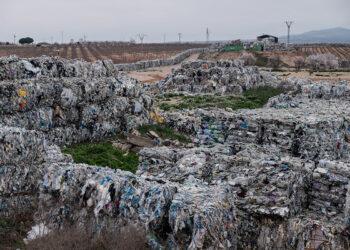 «Empresas adjudicadas por Ecoembes están guardando, enterrando y exportando plásticos de manera irregular»
