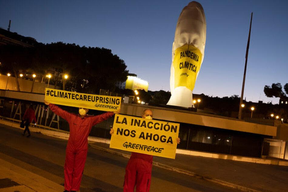 """Greenpeace coloca una mascarilla gigante en plena plaza de Colón (Madrid) con el mensaje """"pandemia climática"""""""