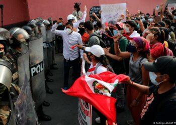 Dos muertos en la represión de las movilizaciones contra la crisis política en Perú