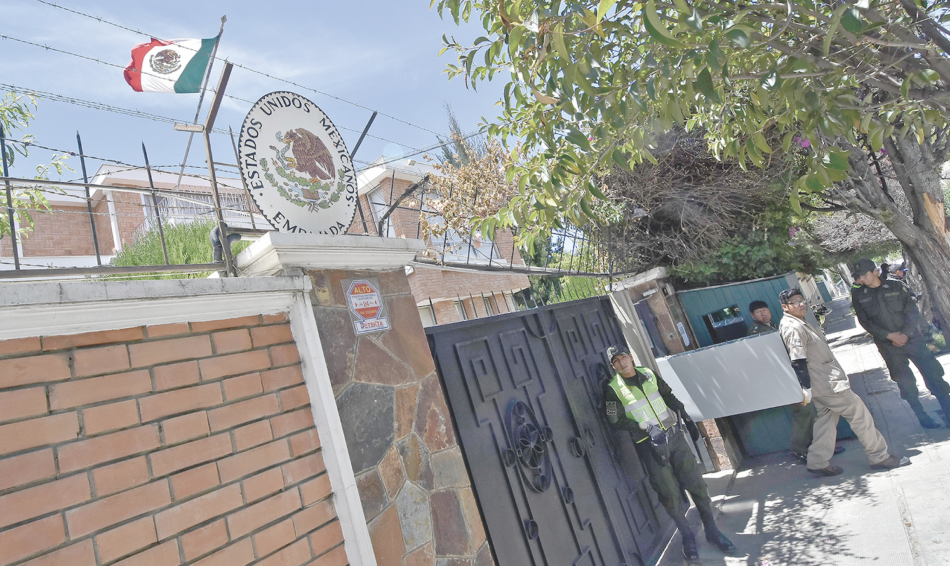 Salen los ex ministros refugiados en la embajada de México en La Paz