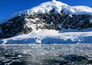 Hallan microplásticos en agua dulce de la Antártida