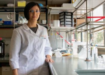 La experta en materiales que quiere hacer más eficaz y asequible la inmunoterapia contra el cáncer
