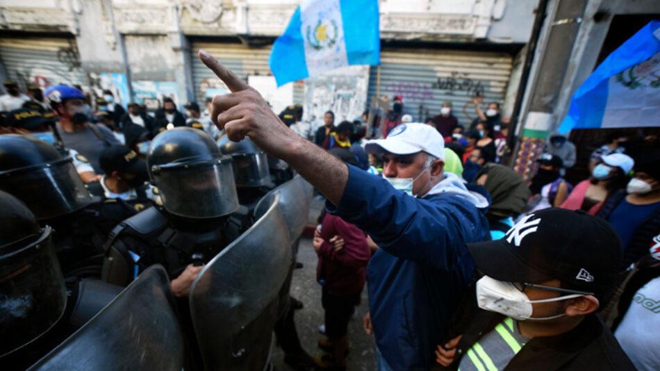 La policía reprime violentamente las movilizaciones contra el presidente Giammattei en Guatemala