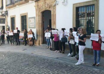 Concentración a las puertas del Ayuntamiento de Los Barrios en apoyo a la Huelga del Servicio de Ayuda a domicilio en Andalucía