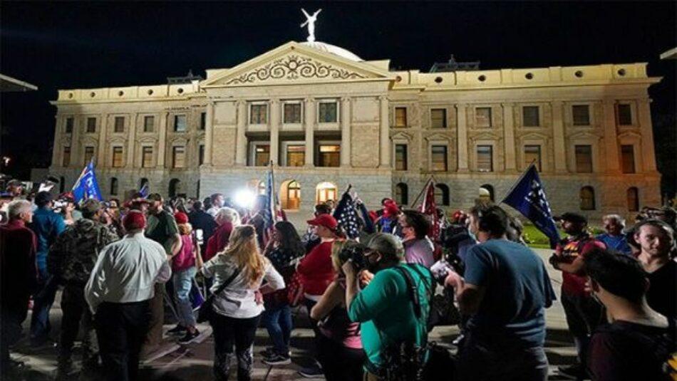 Seguidores de Trump intentan asaltar centro electoral en Arizona