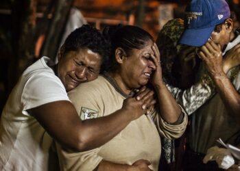 Las amenazas de muerte y la violencia de las pandillas obliga a más familias a huir del norte de Centroamérica