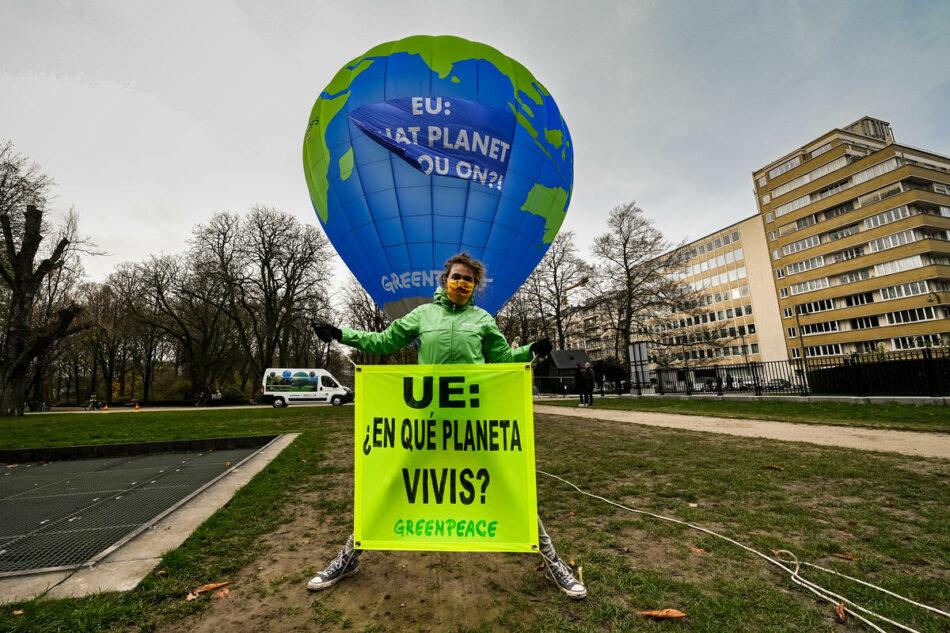 Activistas de Greenpeace denuncian con un globo aerostático que las promesas climáticas de la UE están infladas artificialmente
