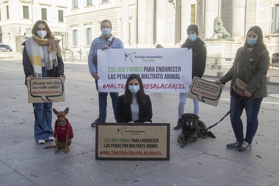PACMA exige justicia para los animales maltratados y entrega 235.000 firmas en el Congreso de los Diputados para cambiar el Código Penal