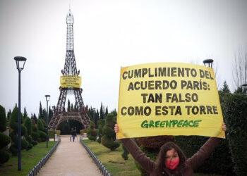 """Escalan una réplica de la Torre Eiffel para denunciar que """"el cumplimiento del Acuerdo de París es tan falso como esta torre"""""""