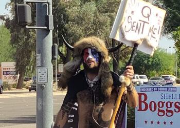 El 'vikingo' detenido por asaltar el Capitolio está dispuesto a testificar contra Trump en su juicio político al sentirse «traicionado» por él