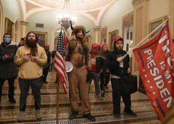 Partidarios de Trump irrumpen en el Capitolio de Estados Unidos durante la sesión de ratificación de Biden