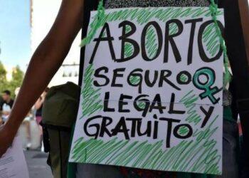 Feministas critican propuesta de AMLO sobre consulta para despenalizar el aborto en México