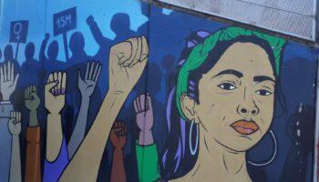 La ultraderecha propone borrar el mural en honor al 15M de la plaza de Oporto (Carabanchel, Madrid)