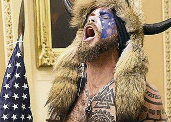 """Circo, propaganda y fábula de """"democracia"""" bajo la Dictadura del Capital: peregrinos fanáticos en el Capitolio"""
