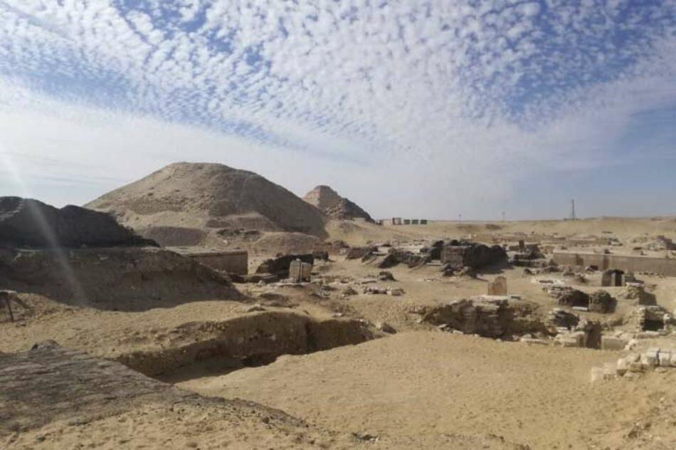 Hallan un templo y milenarios sarcófagos en necrópolis egipcia