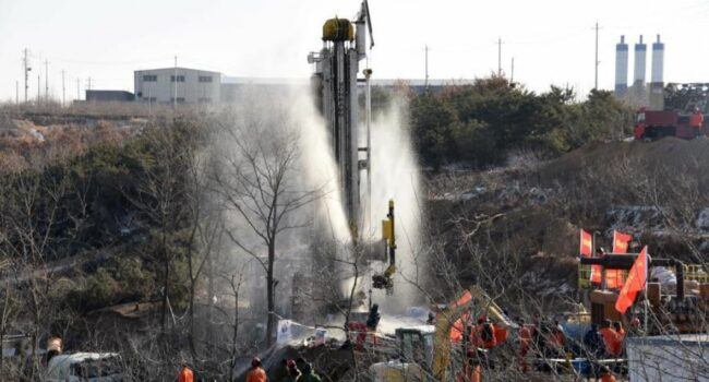 Rescatan a 11 mineros atrapados en una mina de oro en China