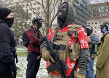 Manifestantes armados se reúnen frente a capitolios de EEUU