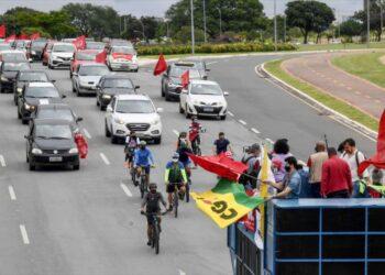 Brasileños se movilizan para pedir la destitución de Bolsonaro