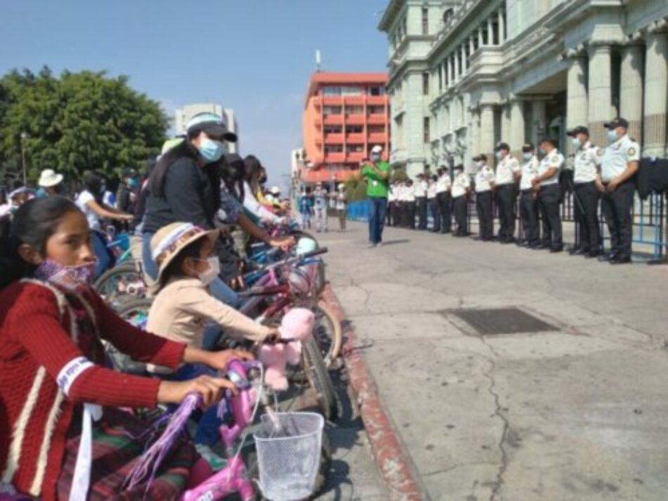 Niñas protestan por el incremento del asesinato y la desaparición de menores en Guatemala