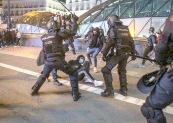 El Secretario General del Sindicato de Estudiantes de Madrid, Alex García, y nuestro abogado Víctor Rodríguez, agredidos por la policía en Plaza Castilla