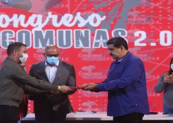 Presidente Maduro entrega leyes del Parlamento Comunal y Ciudades Comunales a la Asamblea Nacional