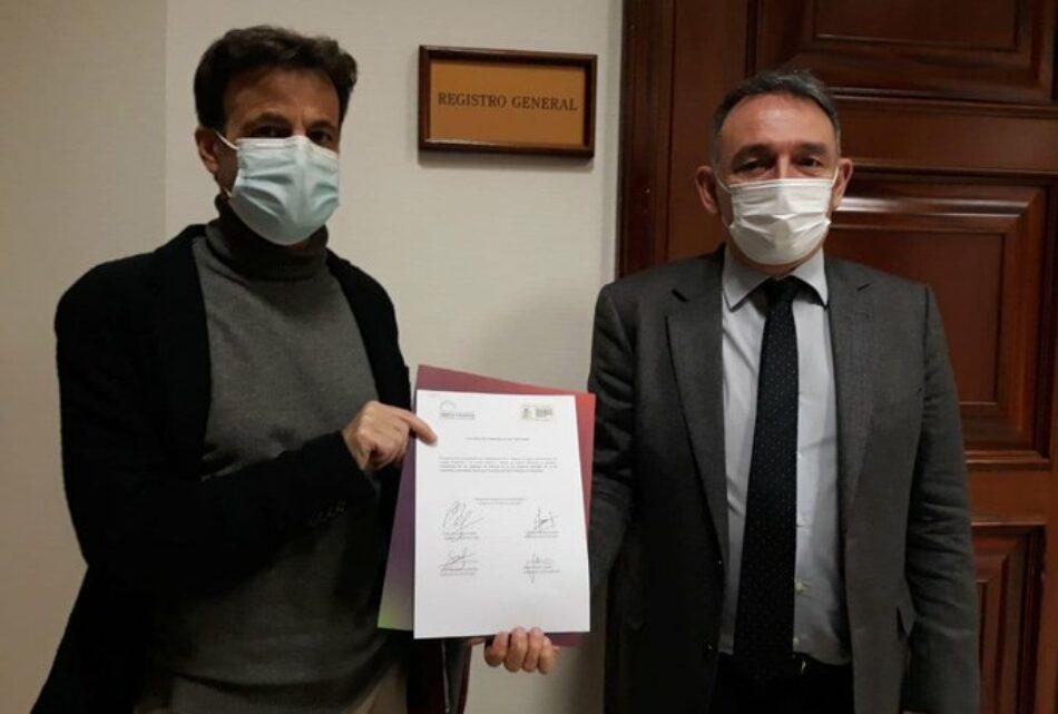 """Enrique Santiago está """"seguro"""" de que habrá un """"gran acuerdo"""" con el PSOE para tramitar de urgencia la proposición de ley de Unidas Podemos para proteger la libertad de expresión"""