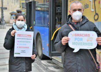El voluntariado de Greenpeace sale a la calle en San Valentín para agradecer al personal del transporte público su trabajo