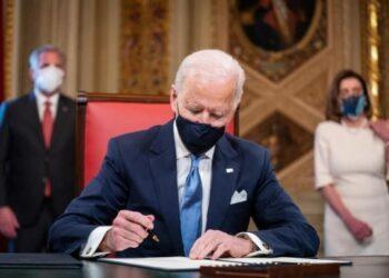 Diario Los Angeles Times: Biden reanudará remesas y viajes a Cuba