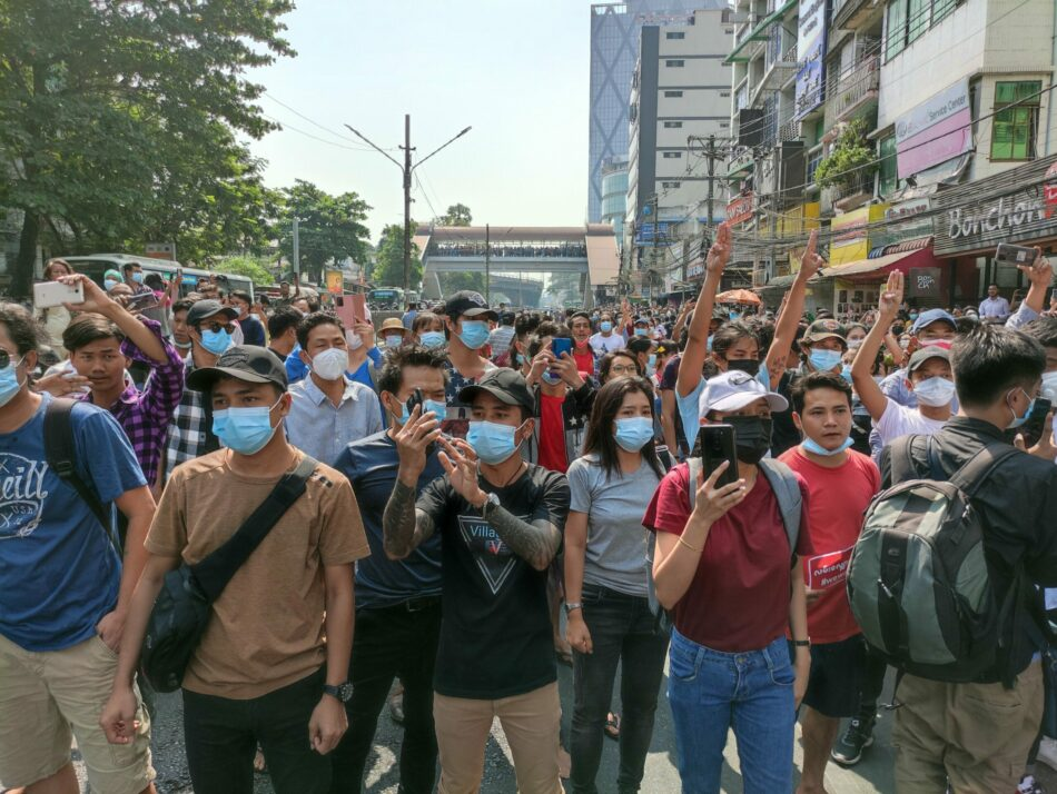 Miles de personas marchan en la antigua capital de Myanmar contra el golpe de Estado