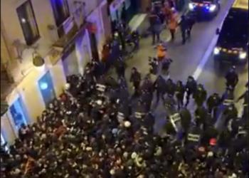 Críticas a los Mossos d'Esquadra tras acorralar y cargar contra manifestantes pacíficos entre las calles Lesseps y Fontana (Barcelona)