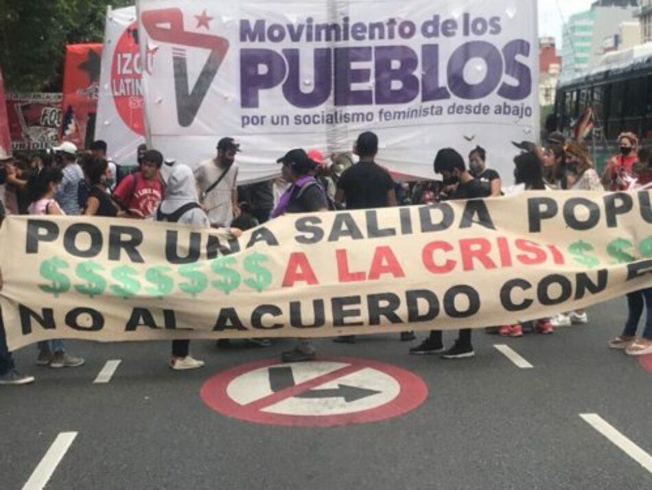 Manifestación multitudinaria de organizaciones sociales a Plaza de Mayo en Argentina exige aumentos salariales y repudia acuerdos con el FMI