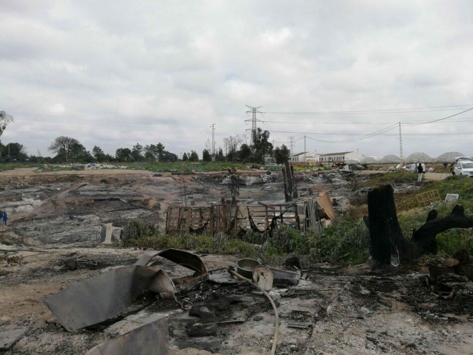 Un incendio destruye el 40% de un asentamiento chabolista en Palos de la Frontera