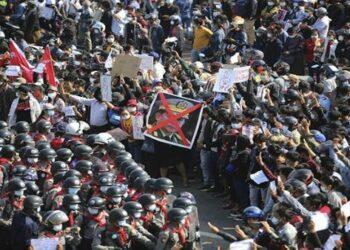 Reprimen protestas pacíficas contra el golpe militar en Myanmar
