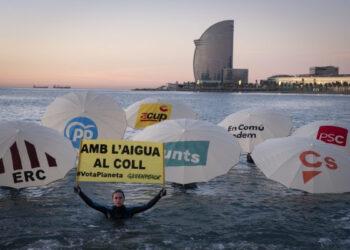"""Greenpeace """"inunda"""" la Barceloneta per demanar acció climàtica als polítics catalans"""