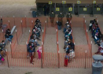 Crisis en frontera: EEUU envía a niños migrantes a bases militares