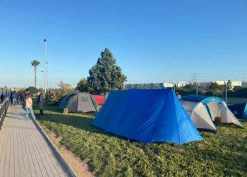 """La diputada Roser Maestro visita el campamento de los trabajadores de Pilkington en Sagunto para trasladarles el """"total apoyo de IU y Unidas Podemos para defender sus puestos de trabajo"""""""